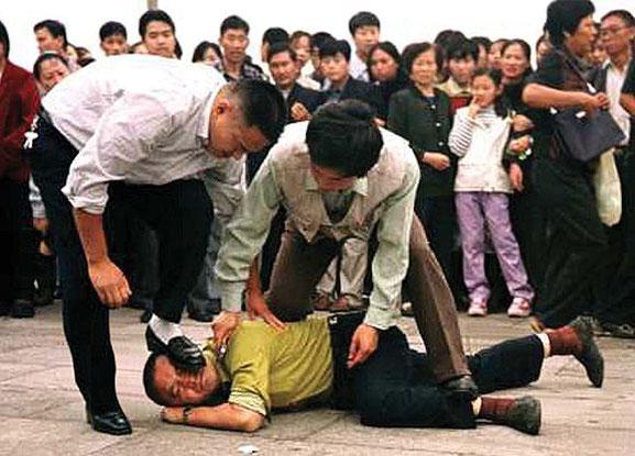 2001年、天安門広場で警察に逮捕された法輪功学習者
