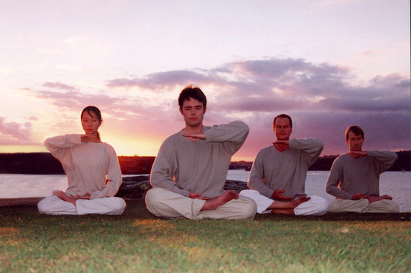 オーストラリアのシドニーで瞑想をする法輪功修練者。