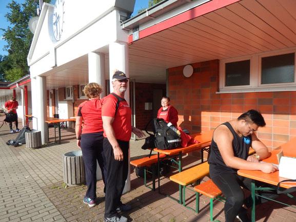 Horst Weber stehend und Steffen Klein bereiten sich auf ihre Weise aif die bevorstehenden Wettkämpfe vor.