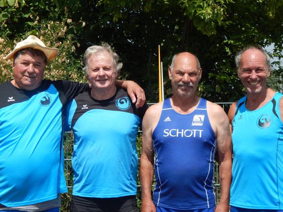Das erfolgreiche Phoenix-Trio, unterstützt von Gastwerfen Helmut Hessert (TSV Schott Mainz - 2. v. r.)!