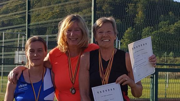 Inge Löschner-Molls (Mitte) wird als Siegerin geehrt.