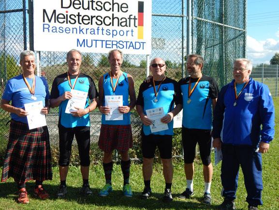 Abschlussfoto mit (v. l.) Hans-Peter Schabinger (SpVgg Weiskirchen), Udo Giehl, Reinhard Rhaue, Bernhard Tretter, Dr. Klaus Lutter und Karl-Josef Knecht (TuS Brey).