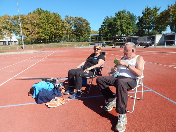 Gertrud Böhm und Dr. Ernst Zuber bereiten sich intensiv auf ihren nächsten Einsatz vor.