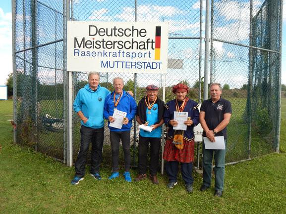 Siegerehrung mit Gerhard Zachrau (Wettkampfleiter), Lothar Pfeifer (Vierfachsieger M 75 von TV Heppenheim), Hans Joachim Heinzel, Walter Held sowie dem Leiter des Wettklampfbüros, dem RTV-Landesvorsitzenden Volker Strub.