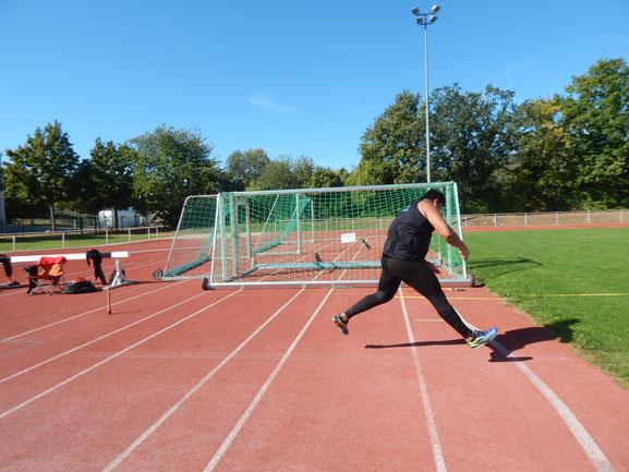 Pech hatte Steffen Klein, dessen Umsprung nach einem gelungenen Wurf auf dem Abwurfbogen landete!
