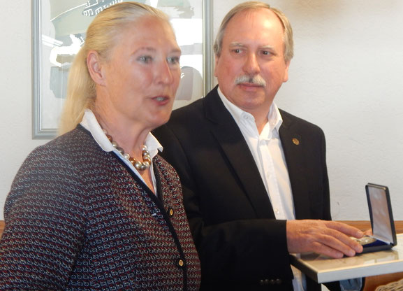 Volker Strub wird von der LSW-Vizepräsidentin Monika Sauer mit der LSB-Ehrenplakette geehrt.