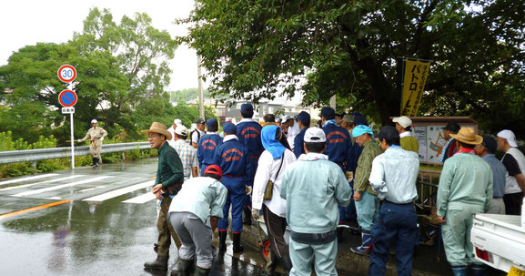 小雨の中、箕面市瀬川の瀬川緑地前に集合した人々