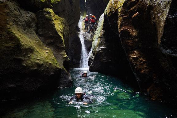 Unter Canyoning versteht man das Abseilen in einer Schlucht von oben nach unten - Foto: Discover Dominica Authority (DonaldVDP)