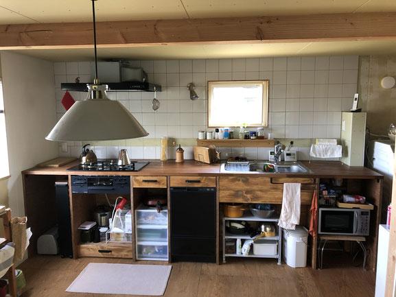 現在のキッチン全景。塗りかけの壁やランプシェードの埃は見なかったことにしてください。