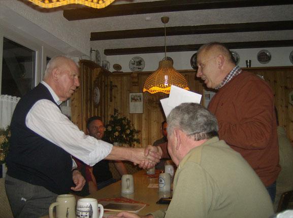 Altvorsitzender Wolfgang Lex dankt Alfons Hartmann für sein langjähriges Arrangement als Vereinsdiener.