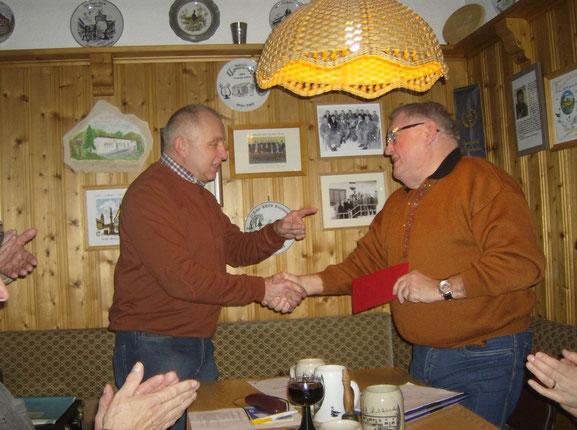 Altvorsitzender Wolfgang Lex dankt Robert Vogler für sein langjähriges Arrangement als Schriftführer.