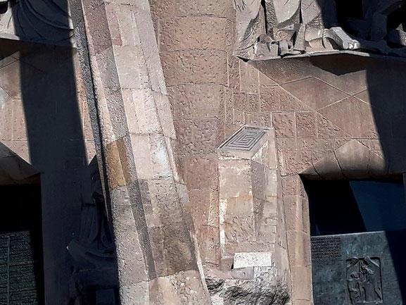 Лабиринт на фасаде страстей саграда фамилия