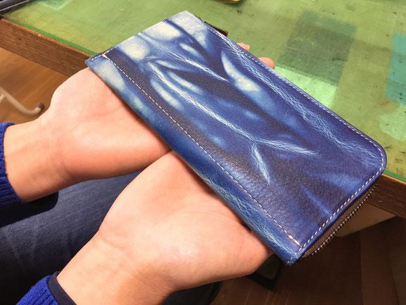 オーダーメイド・出来上がったばかりの藍染革のお財布