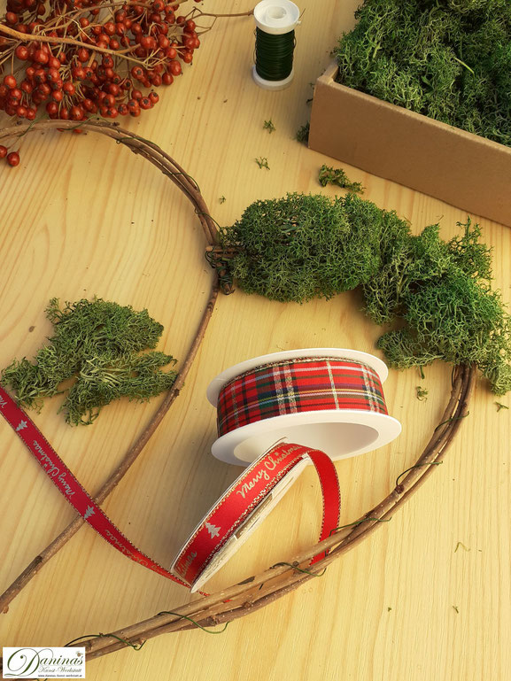 Moos Herz selber machen mit Hagebutten - DIY Weihnachtsdeko Idee by Daninas-Kunst-Werkstatt.at