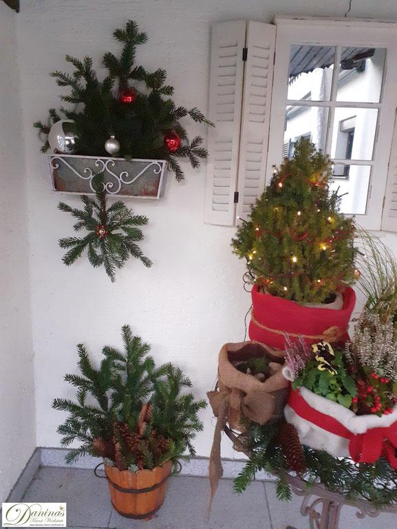 Selbstgemachte Weihnachtsdeko mit Tannenzweigen und Zapfen für die Terrassengestaltung - DIY Idee by Daninas-Kunst-Werkstatt.at