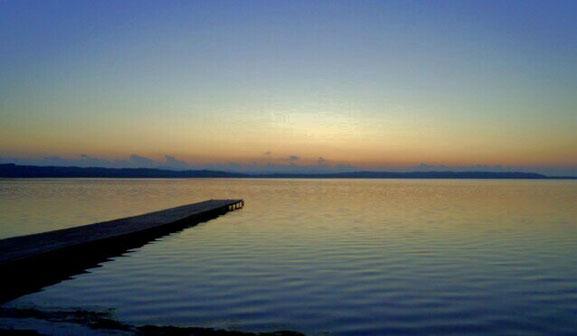北海道浜頓別町クッチャロ湖の夕暮れ  日の出遺跡の台地下に広がる湖です。