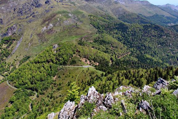 Du Pic de Navaillo, vue sur le petit parking du Col des Spandelles (1378m).