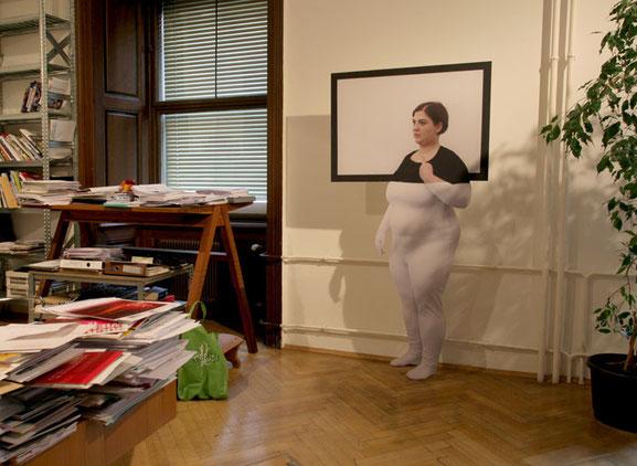 Ausstellungsansicht: Aufsteller (Fotodruck kaschiert auf Mdf, 210x90cm); Pose 1 - Marina Abramovic, Foto: Teresa Novotny