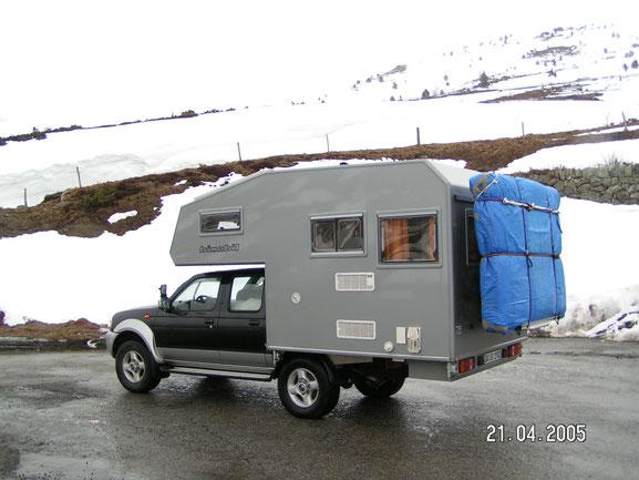 Nissan D22 mit Bimobil Absetzkabine im Winter in den Schneebedeckten Pyrinaeen.