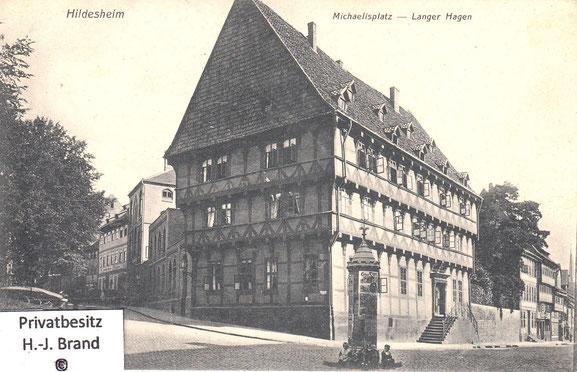 links führt die Straße Michaelisplatz