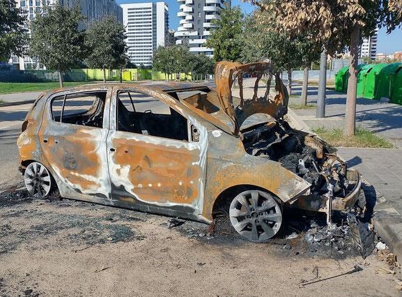 Los coches  en Valencia ciudad no se salvan de la acción  de los vándalos que les pegan fuego.