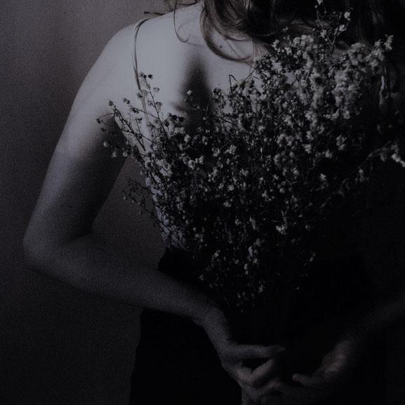 Sandrine Bruguier : artisan créatrice spécialisée en fleurs séchées et stabilisées, fleuriste formée auprès d'un M.O.F. Gérante de La cinquième saison à Pezenas 34120. E-shop.