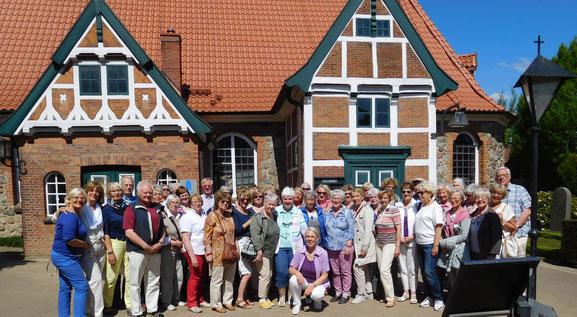 Gruppenfoto LandFrauenvor der St. Nicolai Kirche in Altengamme