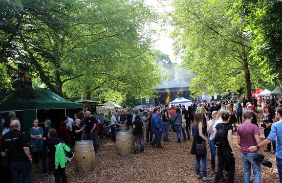 Festival im Grünen: Die große Schlossparkbühne (im Hintergrund zu sehen) steht inmitten von alten Bäumen. Foto: Miche Hepp