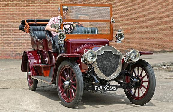 Am Steuer eines Rover 15 hp von 1909. Pilotiert an seinem Geburtsort Coventry. Foto: Stephan Lindloff