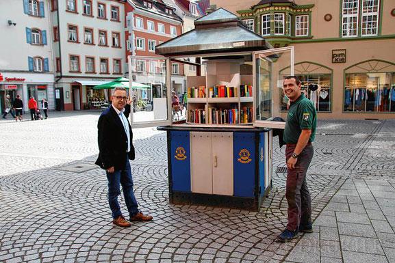 Der Bücher-Pavillon wird drei Jahre alt. Robert Göhring (links) und Roland Brauner vom Lions Club sind stolz, dass ihr Angebot so gut angenommen wird. | Bild: Sebastian Küster