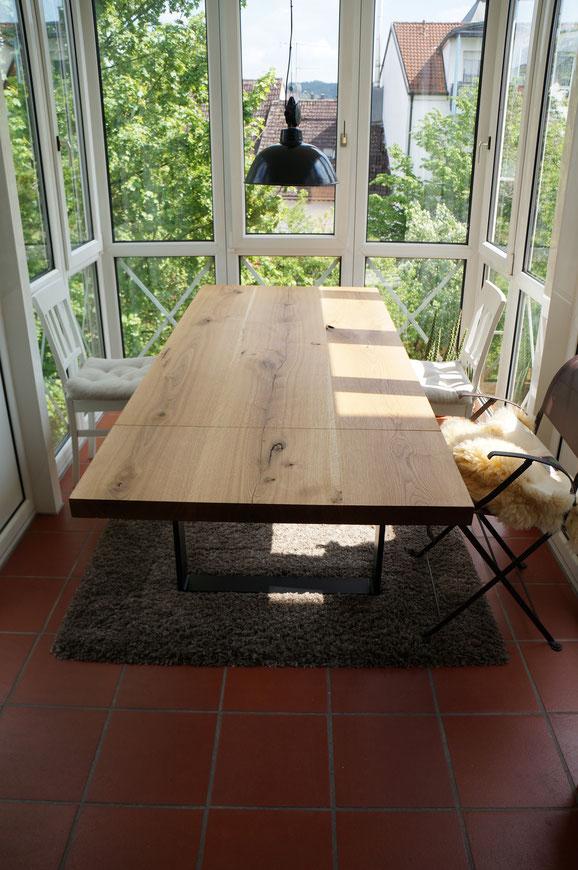 Esszimmertisch aus Eiche, Natur geölt und mit Ast u. Splintanteil. Passend dazu das Kufengestell aus lackiertem Stahl.