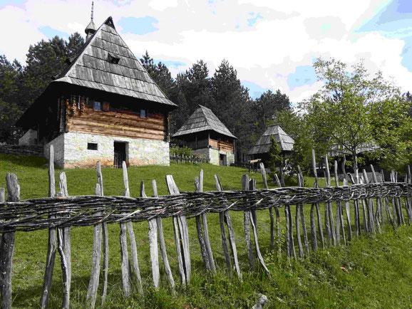 Bauernhäuser im Ethnodorf Zlakusa