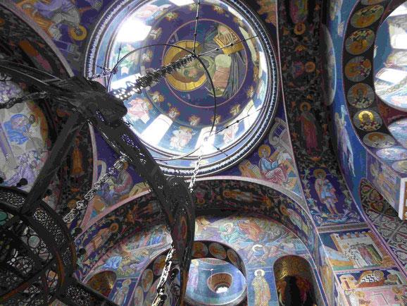 Kuppel mit Mosaiken des Mausoleums der jugoslawischen Könige in Topola, Serbien