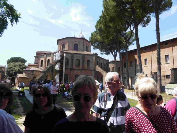 Warten am Mausoleo di Galla Pacida, im Hintergrund die Kirche San Vitale in Ravenna