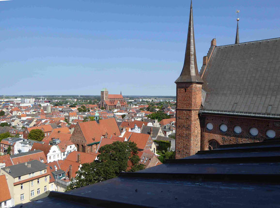 Blick von St. Georgen auf die Heilig Geist Kirche, die Nikolaikirche und die Ostsee