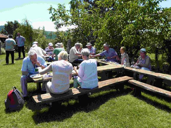 TKK-Mitglieder beim Picknick mit Blick auf die Donau vor  Kladovo