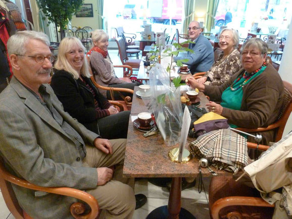 TKK-Mitglieder im Café