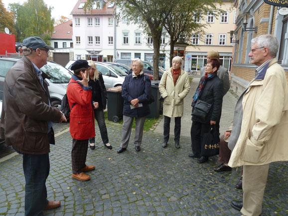 Vor unserem Quartier mit Stadtführerin