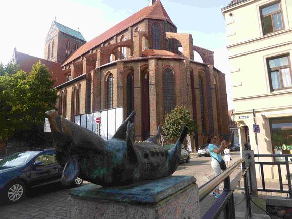 Backsteingotische Nikolaikirche von der Schweinsbrücke gesehen