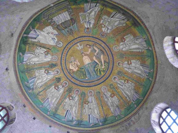 Taufe des nackten Jesus im Jordan, Mosaik in der Taufkapelle der Arianer in Ravenna