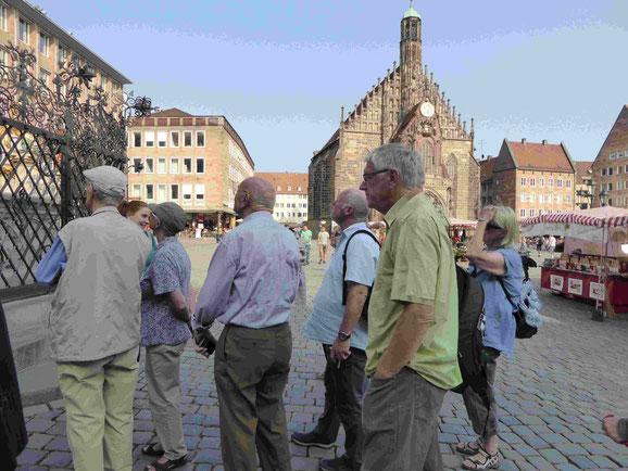 """Erläuterungen am """"Schönen Brunnen"""" am Hauptmarkt mit Blick auf die Frauenkirche"""