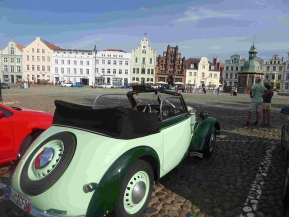 Wismars Markplatz mit Wasserkunst und Altem Schweden