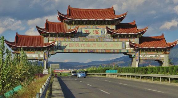 Das imposante Eingangstor nach Yuxi.