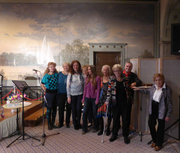Die Gruppe LIT bei der Frauenmärz-Lesung am 11. März 2018 im Goldenen Saal des Rathauses Schöneberg, im Hintergrund eines der beiden Wandgemälde von Matthias Köppel