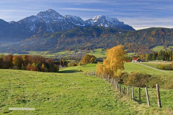 Högl, Blick zum Staufen und Zwiesel (im Tal befindet sich Aufham)