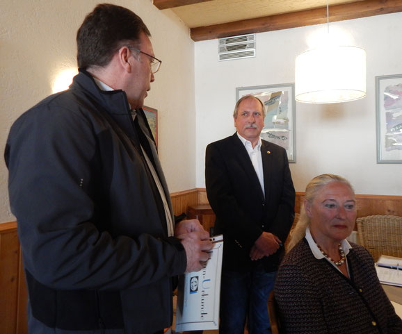 Ralf Bräuninger vom DRTV ehrt Volker Strub mit der DRTV-Silbernadel.