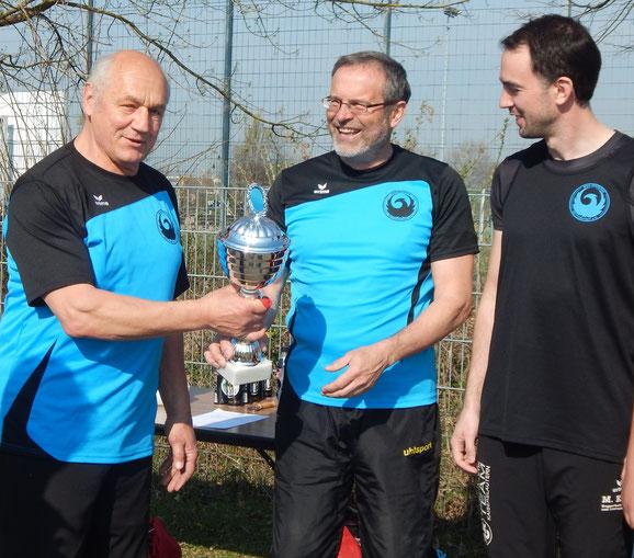 Lutz Caspers überreicht Dr. Klaus Lutter den Pokal zum Phoenix-RKS-/LSW-Sportler des Jahres 2018!