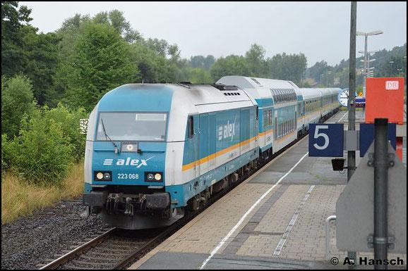 Am 23. Juli 2016 durchfährt 223 068-8 mit ihrem Alex den kleinen Bahnhof in Oberkotzau gen Marktredwitz