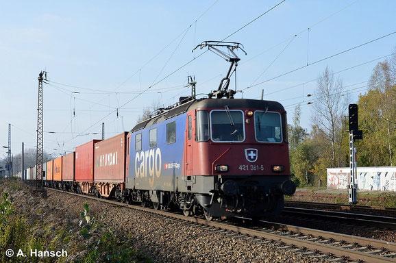 """421 381-5, wegen ihrer schweizerischen Herkunft auch liebevoll """"Heidi"""" genannt, zieht am 29. Oktober 2014 einen Containerzug durch Leipzig-Thekla"""