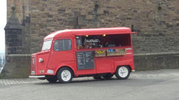 Ein alter Citroën als Imbisswagen auf der Castle Esplanade